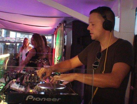 Стороны оживлены с лучшими DJ Apartamentos Benidorm Celebrations™ Pool Party Resort (Adults Only)