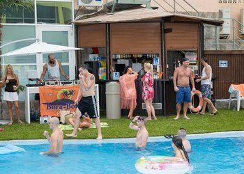 Внутренние и наружные бары Apartamentos Benidorm Celebrations™ Pool Party Resort (Adults Only)