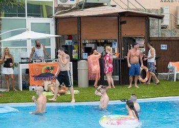 Внутренние и наружные бары Apartamentos Benidorm Celebrations™ Pool Party Resort (Adults Only)
