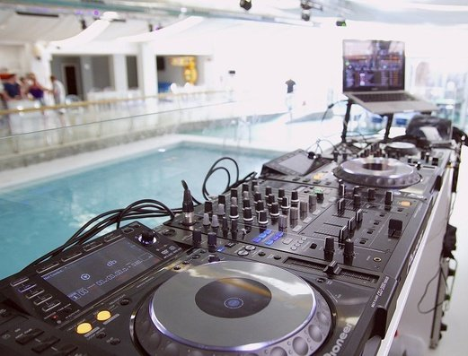 CABINA DEL DJ апартаменты Benidorm Celebrations™ Pool Party Resort (Adults Only)