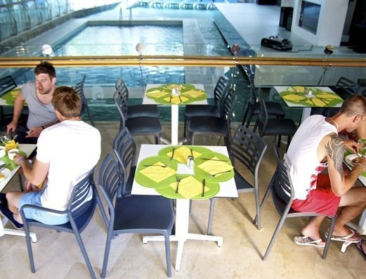 RESTAURANTE AL LADO DE LA PISCINA INTERIOR апартаменты Benidorm Celebrations™ Pool Party Resort (Adults Only)